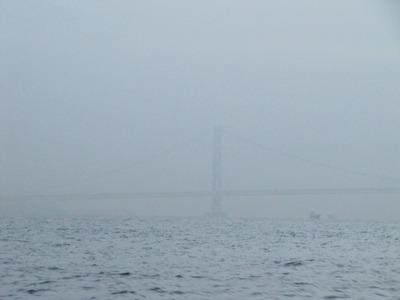 黄砂に霞む明石海峡大橋