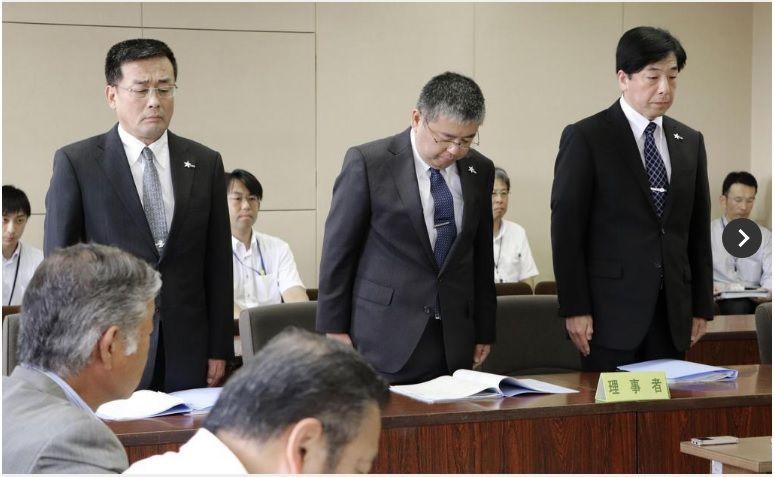 201909愛媛県議会の委員会で謝罪する松下整県警本部長(中央)