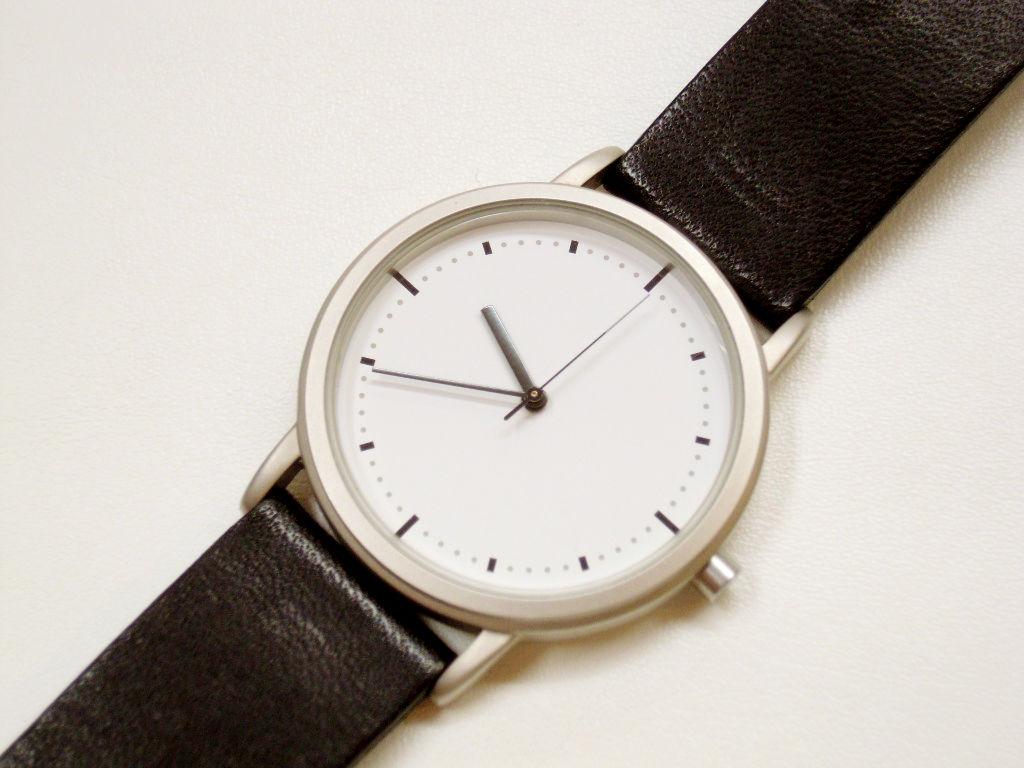 目覚まし時計のエントリーでも書きましたが、私は無印良品の「公園の時計」という名の腕時計を愛用しています。こういうデザインをミニマニズムといいますよね。