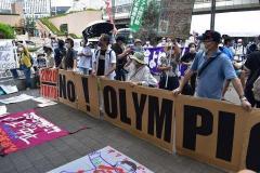 都庁前で聖火リレーの到着式 「五輪反対、聖火はいらない」と抗議のデモも