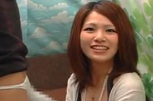 素人ナンパ、センズリ鑑賞!笑顔が可愛い女子大生、巨根を手コキでオナニーサポート大量射精のチン測です・・・の動画