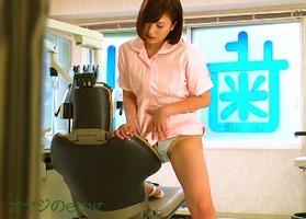 パンチラ角オナ、早川瑞希!デカ尻の歯科助手が休み時間にオナニーに夢中で・・・