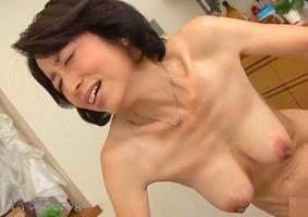 五十路熟女、鳥井聖子 柳田和美 !垂れ乳と黒乳首がエロい母親のフェラ抜き・・・