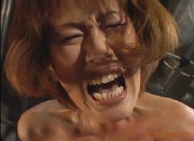 人妻拷問、坂下れいvs乱田舞!股間にめり込む三角木馬で悲鳴を上げる性奴隷・・・
