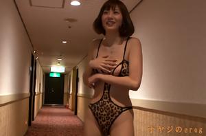 羞恥・プチ露出、麻美ゆま!ホテルの廊下で巨乳を乳揉み