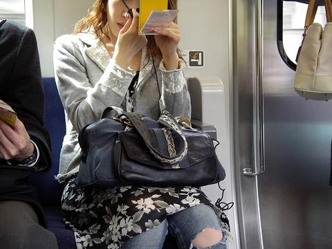女子「なんで電車で化粧しちゃダメなの?」←論破できる?