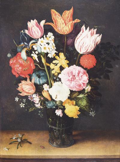 机上の花瓶に入ったチューリップと薔薇