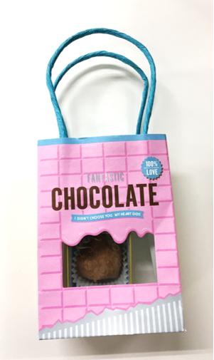 紙袋に入れたチョコ