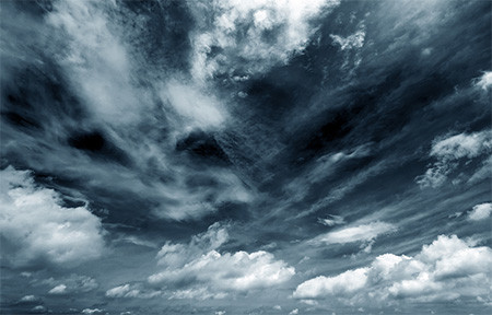 雲ドラゴンの指先が叩き落ちる