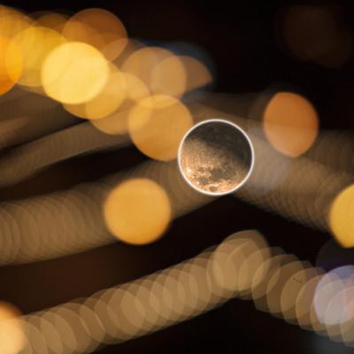 ゆれる月(自由に動く)