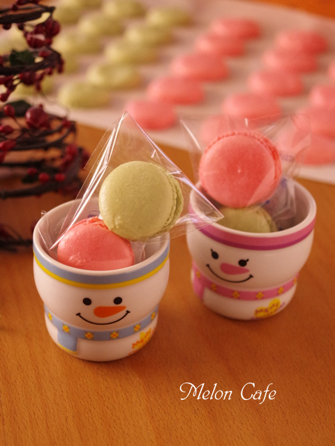 クリスマスカラーのマカロンをバタークリームで