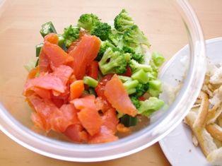 パンとサーモンの野菜たっぷりサラダ08