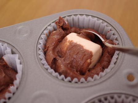 大きなマシュマロのおもしろ簡単チョコレートマフィン03