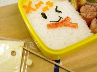 詰めるだけご飯でクリスマスゆきだるまのキャラ弁当03