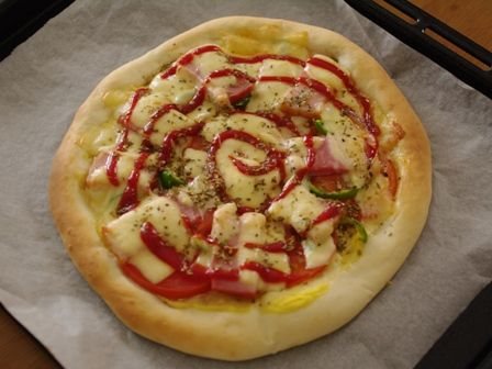 オレガノでトマトと厚切りベーコンのピザ