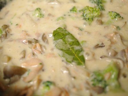 簡単ホワイトソースで煮込んだ、サーモンときのこのチーズシチュークロワッサン04