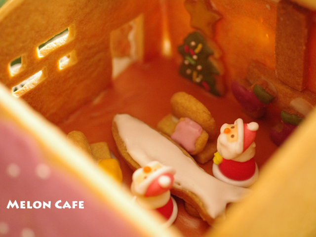 ヘクセンハウスお菓子の家窓と家具つきサンタのドールハウス04a