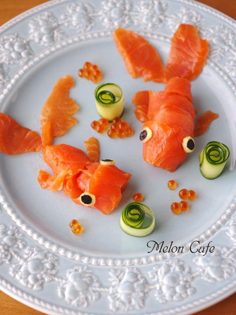 金魚に見立てたサーモンときゅうりのお造りいくら添え
