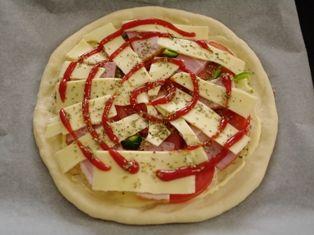オレガノでトマトと厚切りベーコンのピザ08