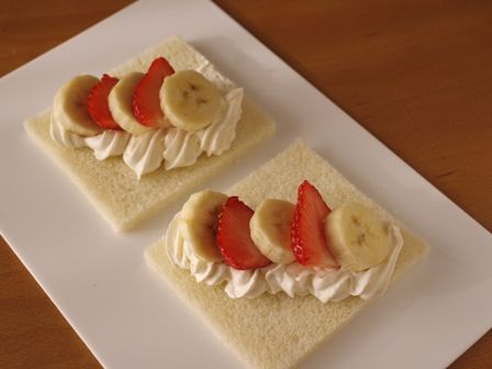 サンドシナイッチ04いちごとバナナのデザート風a