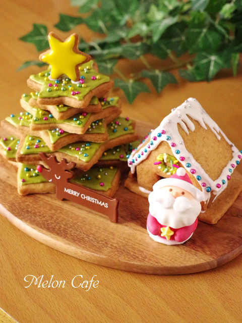 森にたたずむサンタのヘクセンハウスクリスマスツリークッキーとミニハウスb