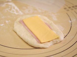 ハムチーズのロールパン2