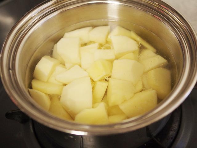 野菜も一緒に簡単が肉入りポテトサラダ01