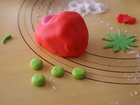 モリくんのいちごカーを実際に作ってみましたいちごパウンドのフォンダンケーキ04