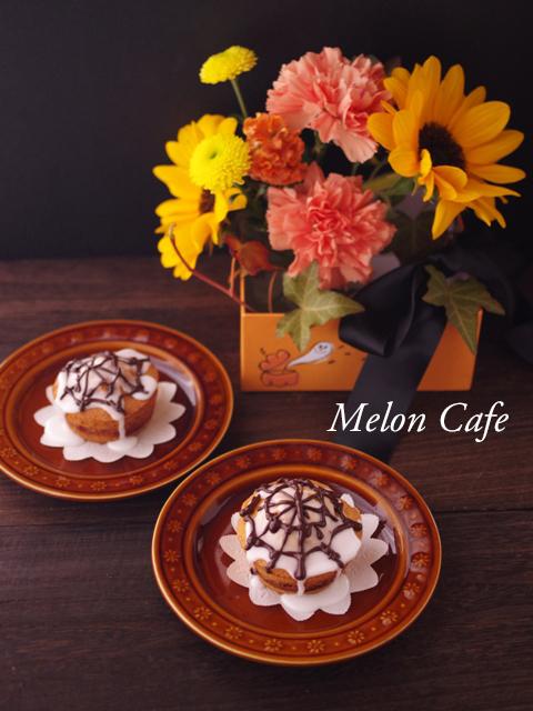 シナモンロール風カップケーキとハロウィンフラワーアレンジ