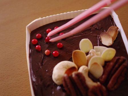 ナッツとピンクペパーで飾った、ペパーミントチョコ04