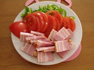 オレガノでトマトと厚切りベーコンのピザ05