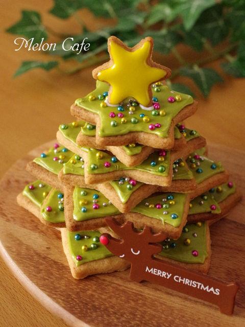 森にたたずむサンタのヘクセンハウスクリスマスツリークッキーとミニハウスa