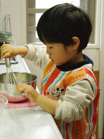 メロンパンのクッキー生地をまぜまぜ♪2歳
