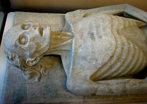 Pierre funéraire de Guillaume de Harcigny, 1394
