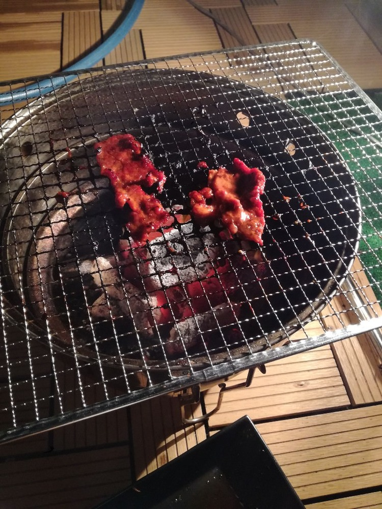 【画像】ワイ、休日に屋上で一人焼き肉