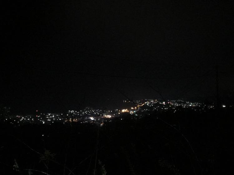 【画像】山に登って夜景見てる