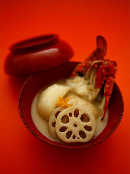 酒粕入りの白味噌雑煮:赤い蓋付き椀(ワタリガニ入り)