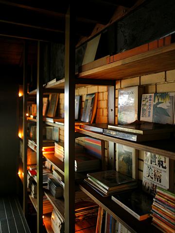 cafe bibliotic HELLO!:2Fの書棚