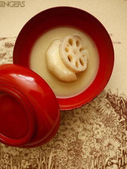 酒粕入りの白味噌雑煮:赤い蓋付き椀(上から)