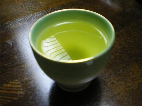 なんで緑茶に砂糖入れるのって
