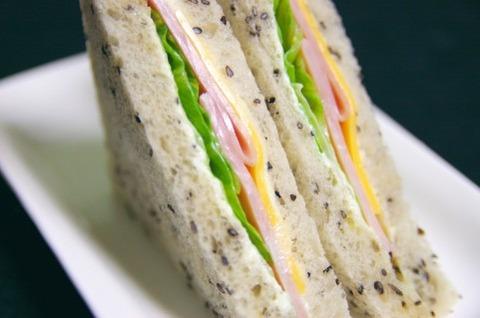 バス停でサンドイッチ食べてたら注意されたんだが
