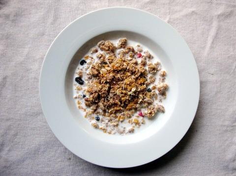 朝飯は早く食べれて栄養満点のグラノーラ