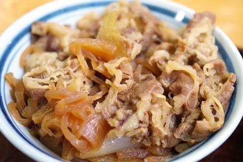 牛丼て牛肉と玉ねぎを甘辛く煮込んで