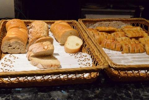 パン屋で一回トレーに置いたパン戻すの
