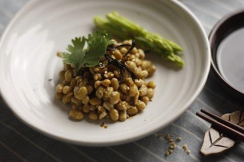 オッヤ「納豆は大粒。醤油かけて食う