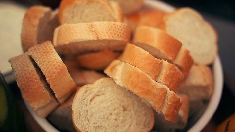 ソースをパンで拭って食うや