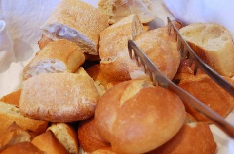パン屋さんに行くとワクワクしてトング