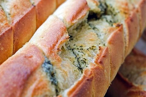 朝の通勤電車の中でパンとか食