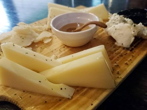 チーズにハチミツかけて
