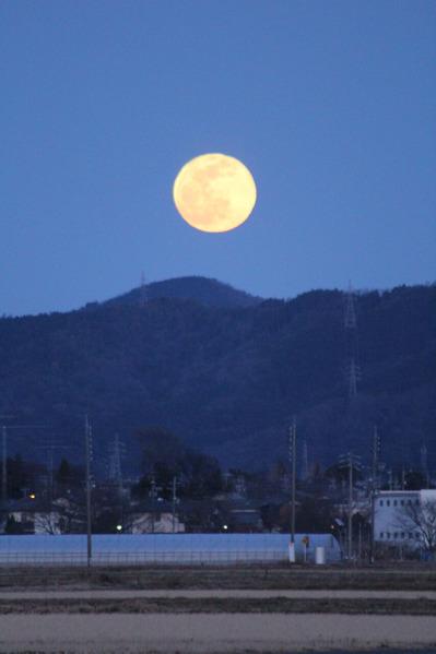 地上風景と満月01